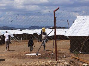 キャンプ内は建設中の仮設住宅の屋根代わりの白いビニールシートが続く
