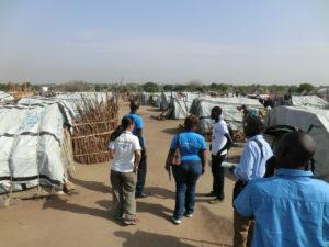 キャンプ内は延々とテントが並ぶ