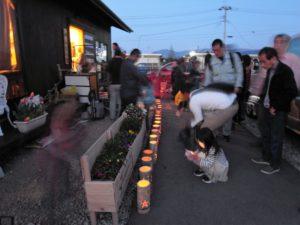 犠牲者を追悼する被災者たち