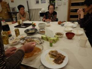 夕食会で交流する被災者たち