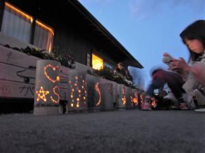 灯籠に火をともし、犠牲者を追悼する被災者たち
