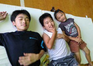 マットレスを受け取った杷木中学校に避難する子どもたち