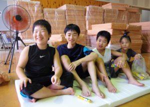 マットレスを受け取った杷木中学校に避難する子どもたち (2)