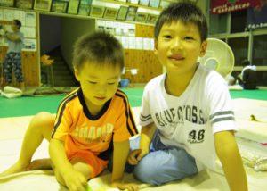 福岡県朝倉市内の避難所(杷木中学校)で肌着を受け取った子どもたち