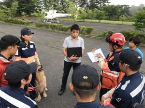 被災地出動前に打ち合わせをするPWJレスキューチーム