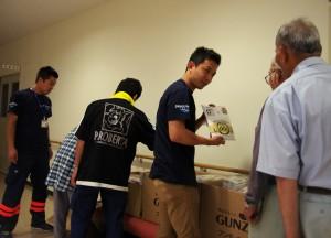 福岡県朝倉市内の避難所(フレアス甘木)に肌着を届けるPWJスタッフたち (2)