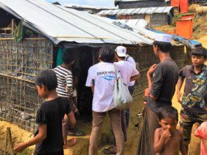 難民キャンプ内で各戸を回る