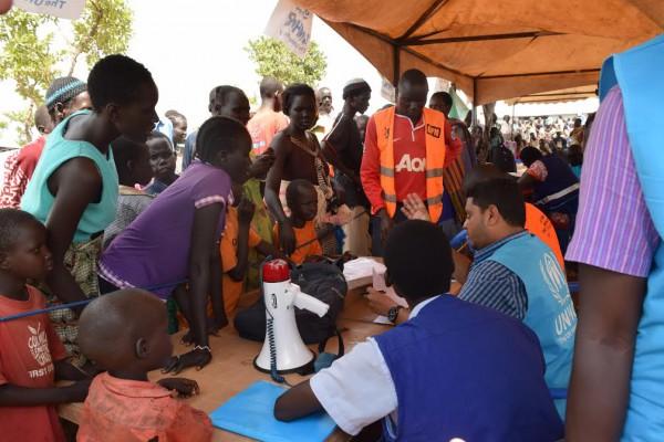 ウガンダの難民居住地区に押し寄せる難民