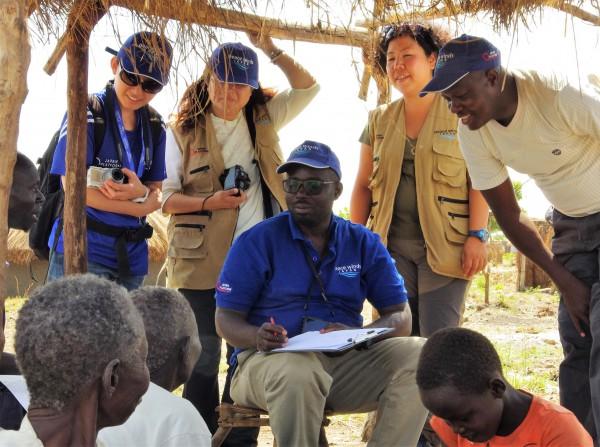 ウガンダの難民居住地区でニーズ調査をするPWJスタッフたち