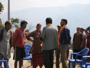 タパ村の住民とエンジニアの話し合いの様子