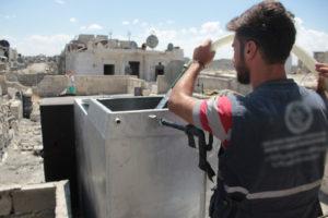 給水支援を行う提携団体スタッフ