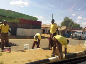 市スタッフによるジュバ市内の主要道路の清掃及び塗装作業風景