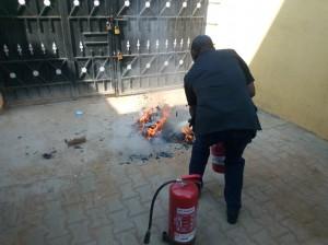 現地スタッフ(シエラレオネ出身)が消火器の使い方を練習する様子