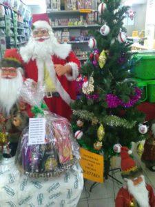 事務所近くのスーパーに並ぶクリスマスオーナメント