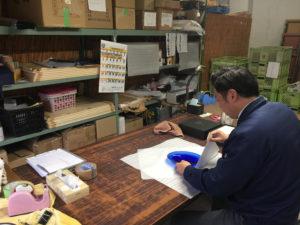 PWJとのプロジェクトで生まれた商品の発送作業をする副島硝子工業さん