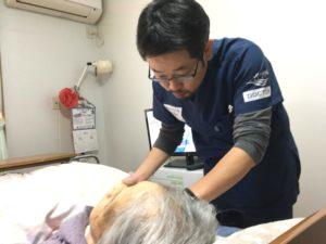 クリニックで診察にあたる稲葉医師