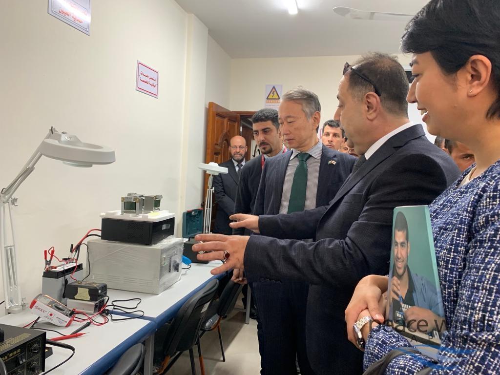 家電修理の教室を視察し、提携団体IOCCのガザ事務所ユーニス所長の説明に聞き入る大久保パレスチナ関係担当大使